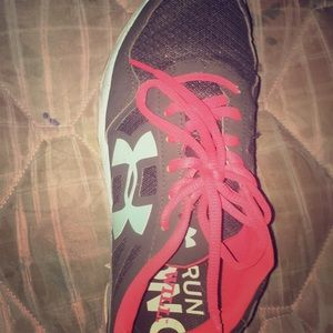 I am sell a pair of Nikey athletic shoes
